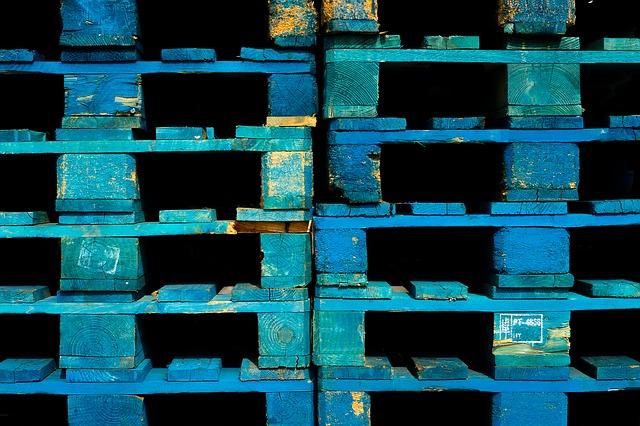 Paleta zbarvená do modra